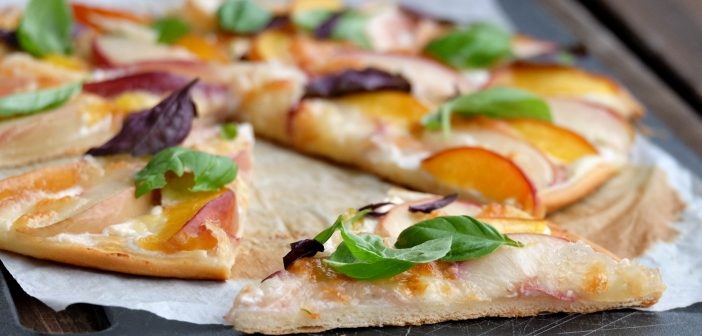 Pizza aux nectarines, à la mozzarella et au basilic