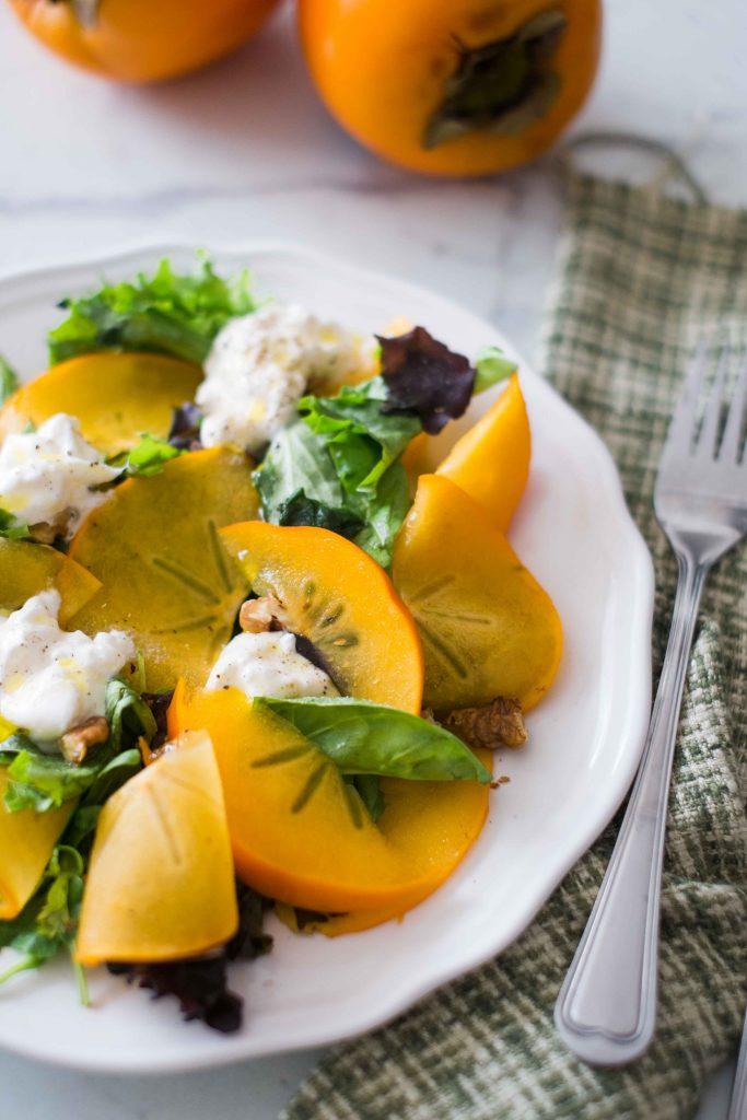 Salade de kaki, burrata et noix - Cuisinons En Couleurs