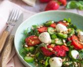 Salade de roquette, fraises, concombre et billes de labné