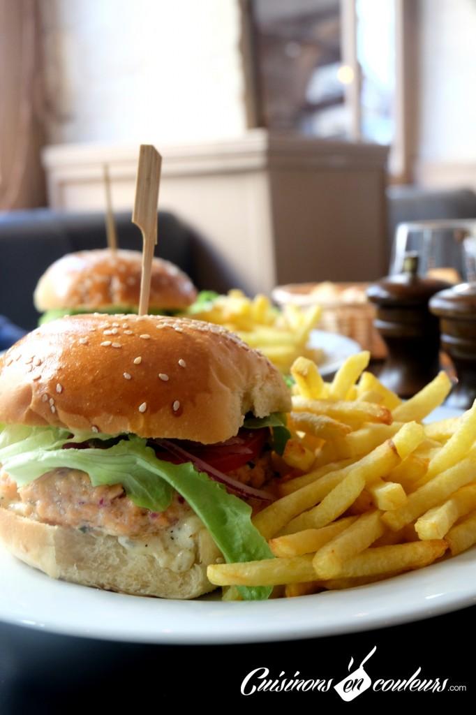 Burger-au-saumon-ROYS-PUB-682x1024 - Un burger au Roy's Pub