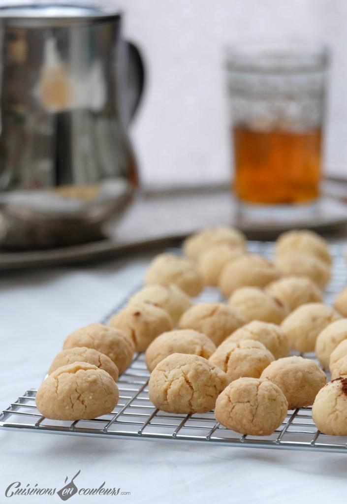 Ghriyba-avec-du-the-705x1024 - Ghriyba dial zit, Ghriyba lbehla : un gâteau marocain