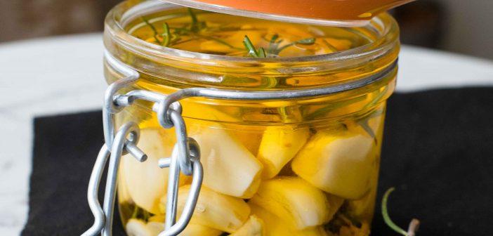 Ail mariné à l'huile d'olive et au romarin