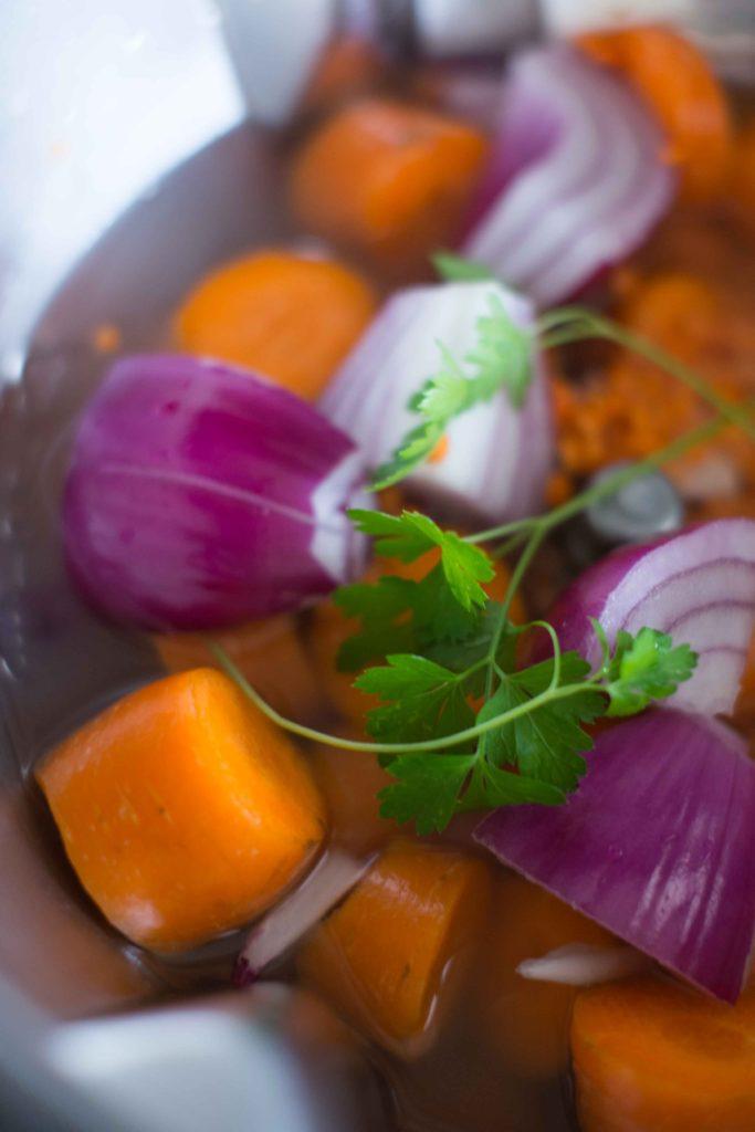 4-Cocotte-légumes-683x1024 - Velouté de carottes et lentilles corail à la noix de coco
