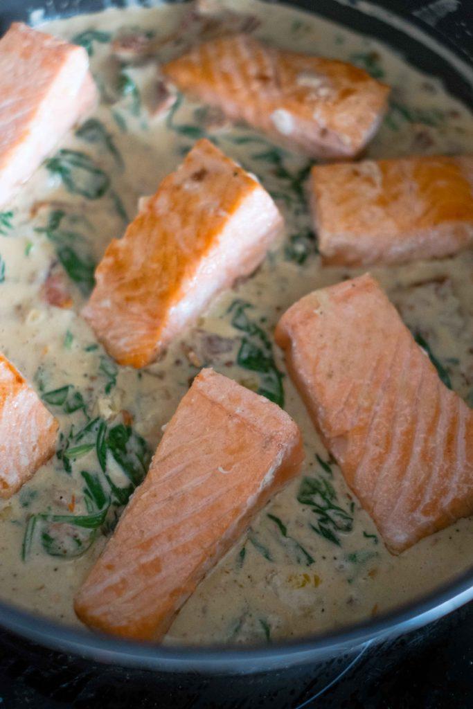 Saumon-aux-tomates-sechees-7-683x1024 - Filets de saumon à la crème et aux épinards