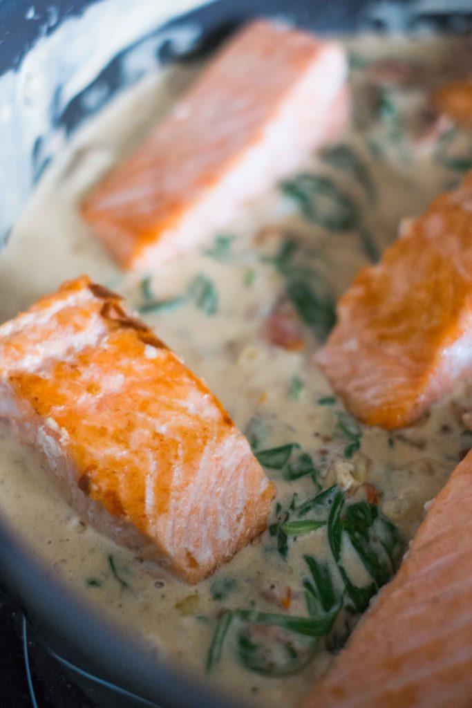 Saumon-aux-tomates-sechees-8-683x1024 - Filets de saumon à la crème et aux épinards