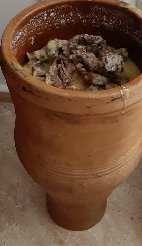 e2f0d826-c495-4587-9a46-229834960e10-590x1024 - Préparation traditionnelle de l'khliî, viande séchée marocaine