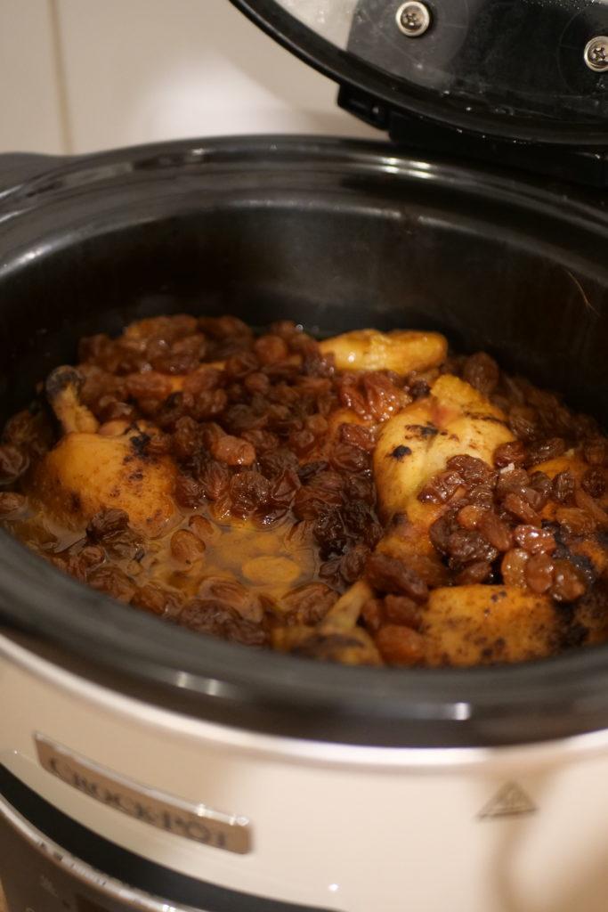 P1013309-e1576173259320-683x1024 - Tajine de poulet aux oignons et raisins secs
