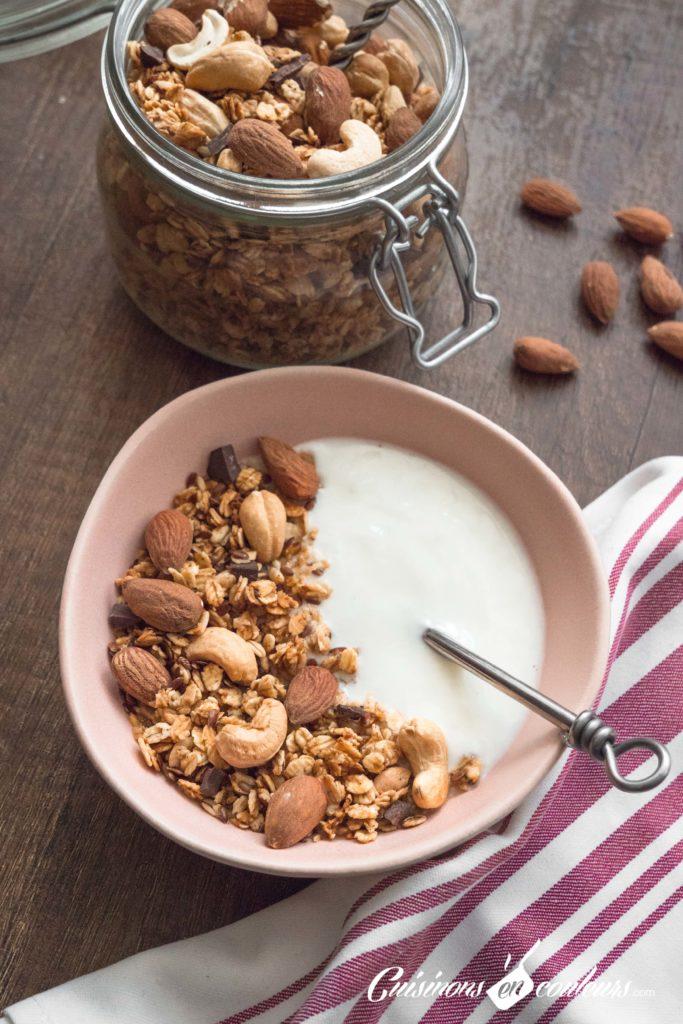 Granola-fait-maison-11-683x1024 - Granola aux amandes et noix de cajou grillées et au chocolat