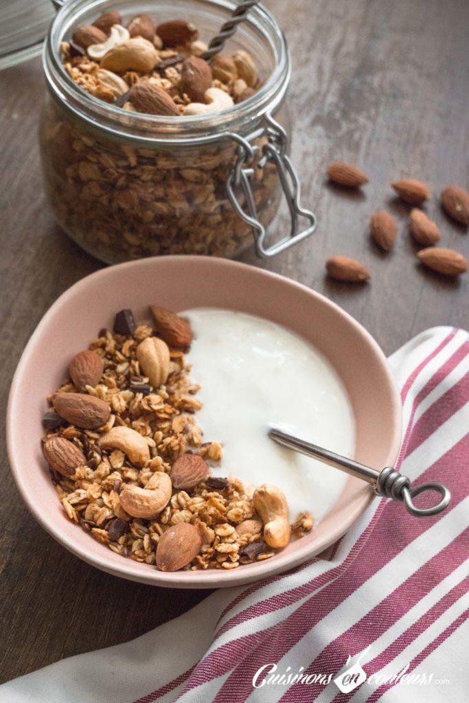 Granola-fait-maison-12-683x1024 - Granola aux amandes et noix de cajou grillées et au chocolat