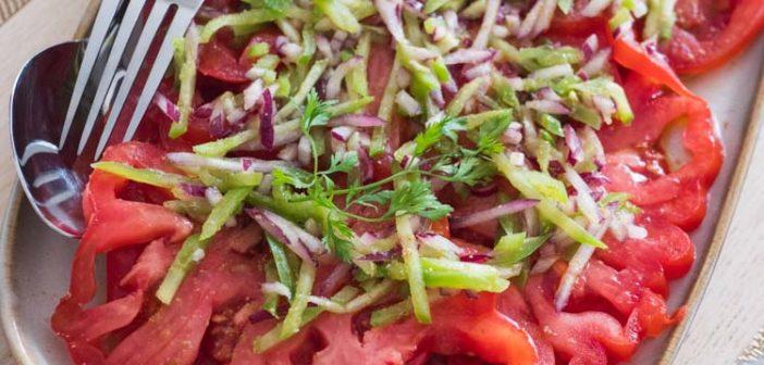 Salade de tomates, poivrons et oignon rouge au cumin