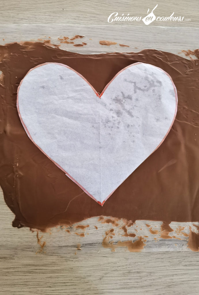 Gateau-coeur-chocolat-26-691x1024 - Gâteau croustillant aux noisettes et à la mousse au chocolat
